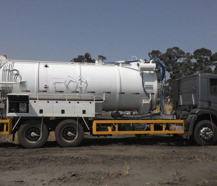 Caminhão para limpeza de tubulações